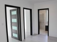vstupy do dětských pokojů a koupelny - pohled z chodby (Prodej domu v osobním vlastnictví 118 m², Přestanov)