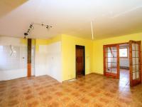 kuchyně s jídelnou, pohled do obývacího pokoje (Prodej domu v osobním vlastnictví 313 m², Varnsdorf)