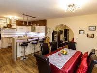 kuchyně s obývacím pokojem - přízemí - Prodej domu v osobním vlastnictví 415 m², Děčín