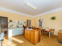 Kuchyň je průchozí z chodby a ložnice (Prodej domu v osobním vlastnictví 180 m², Mirovice)