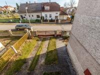 Zpevněný vjezd na zahradu domu (Prodej domu v osobním vlastnictví 180 m², Mirovice)