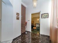 Vstupní chodba bytu oddělena od společného zádveří domu (Prodej domu v osobním vlastnictví 210 m², Příbram)