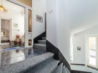 Vnitřní schodiště domu které odděluje  2 bytové jednotky (Prodej domu v osobním vlastnictví 210 m², Příbram)