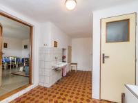 Chodba domu , toaleta,stup na půdu domu (Prodej domu v osobním vlastnictví 106 m², Pečice)
