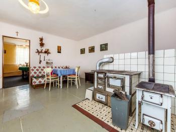 Kuchyně  a pokoj průchozí  - Prodej chaty / chalupy 106 m², Pečice
