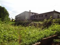 Zahrada přilehlá k budově je dostatečně velká pro realizaci hřiště, či bazénu (Prodej penzionu 2500 m², Petrohrad)