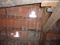 střecha s poškozenou krytinou (Prodej chaty / chalupy 41 m², Pochvalov)