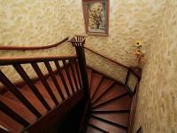 Mohutné dřevěné schodiště (Prodej domu v osobním vlastnictví 150 m², Žatec)
