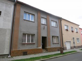 Čelní strana - pohled z ulice - Prodej domu v osobním vlastnictví 160 m², Chomutov