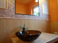 detail na stylové umyvadlo v koupelně (Prodej domu v osobním vlastnictví 180 m², Královice)