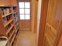 chodba s knihovnou v 1. patře (Prodej domu v osobním vlastnictví 180 m², Královice)