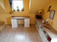 pokoj s průchodem na balkón (Prodej domu v osobním vlastnictví 180 m², Královice)