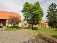 uzavřený areál u domu s možností využívat (Pronájem bytu 2+1 v osobním vlastnictví 66 m², Smolnice)