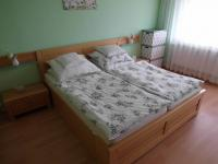 ložnice - pokoj s lodžií (Prodej bytu 4+1 v družstevním vlastnictví 89 m², Chomutov)