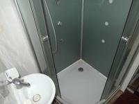 sprchový kout v koupelně (Prodej bytu 1+1 v osobním vlastnictví 44 m², Chomutov)