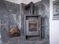 samostatný pokoj  přízemí - krbová kamna  - Prodej domu v osobním vlastnictví 400 m², Vejprty