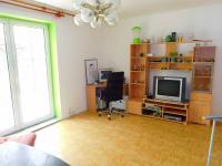 obývací pokoj se vstupem na pergolu (Prodej domu v osobním vlastnictví 100 m², Žatec)