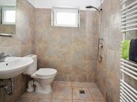 Koupelna a WC v přízemí (Prodej domu v osobním vlastnictví 123 m², Vyžlovka)