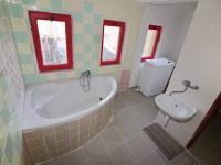 Koupelna v 2. NP (Prodej domu v osobním vlastnictví 275 m², Krásný Dvůr)