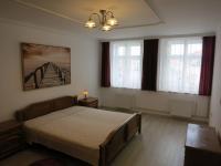 Ložnice s výhledem na náměstí - Pronájem bytu 3+1 v osobním vlastnictví 140 m², Kadaň