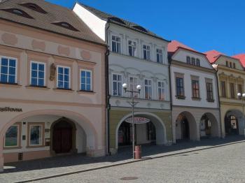 Pohled na dům z náměstí - Pronájem bytu 3+1 v osobním vlastnictví 140 m², Kadaň