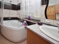 Koupelna s WC v přízemí - Prodej domu v osobním vlastnictví 156 m², Staňkovice