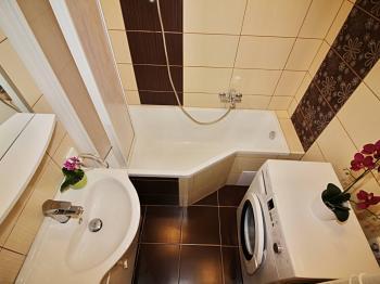 praktická koupelna s vanou a sprchovou zástěnou - Prodej bytu 3+1 v osobním vlastnictví 62 m², Žatec