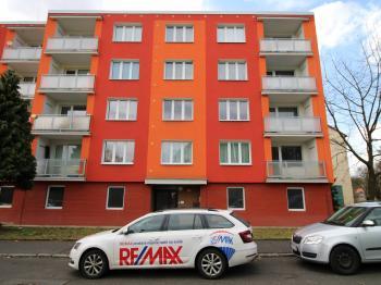 pohled na dům - Prodej bytu 2+1 v osobním vlastnictví 60 m², Chomutov