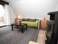 Obývací pokoj s krbovými kamny - Prodej chaty / chalupy 57 m², Koštice