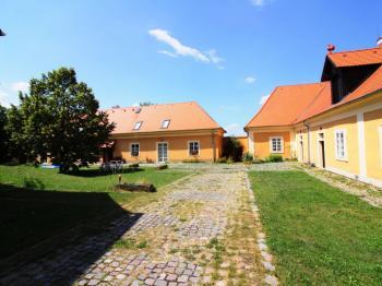 Prostorná zahrada - Pronájem bytu 3+1 v osobním vlastnictví 94 m², Smolnice