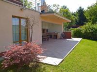 spodní terasa a zahrada (Prodej domu v osobním vlastnictví 186 m², Praha 6 - Suchdol)