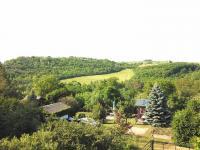 pohled z terasy do krajiny (Prodej domu v osobním vlastnictví 186 m², Praha 6 - Suchdol)