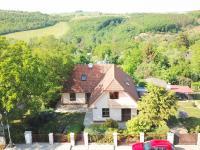 pohled od ulice (Prodej domu v osobním vlastnictví 186 m², Praha 6 - Suchdol)