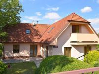 uliční pohled (Prodej domu v osobním vlastnictví 186 m², Praha 6 - Suchdol)