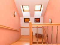 dřevěné schodiště (Prodej domu v osobním vlastnictví 186 m², Praha 6 - Suchdol)