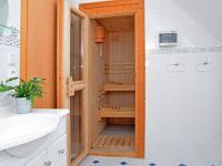 koupelna (Prodej domu v osobním vlastnictví 186 m², Praha 6 - Suchdol)