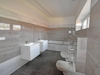 Koupelna v patře.  (Prodej kancelářských prostor 230 m², Lysá nad Labem)
