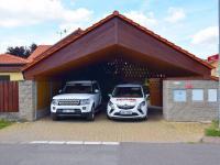 parking (Prodej domu v osobním vlastnictví 273 m², Pardubice)