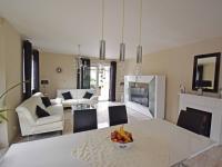 Jídelna a obývací pokoj se vstupem na terasu. (Prodej domu v osobním vlastnictví 240 m², Šestajovice)
