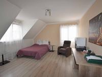 Ložnice v patře s balkónem.  (Prodej domu v osobním vlastnictví 240 m², Šestajovice)