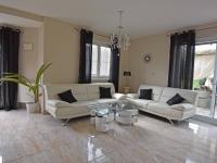 Obývací pokoj se vstupem na terasu. (Prodej domu v osobním vlastnictví 240 m², Šestajovice)