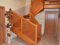 Chodba a schodiště. (Prodej domu v osobním vlastnictví 240 m², Šestajovice)