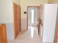 Vstupní chodba a chodba se schodištěm. (Prodej domu v osobním vlastnictví 240 m², Šestajovice)