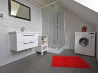 Koupelna v patře.  (Prodej domu v osobním vlastnictví 240 m², Šestajovice)