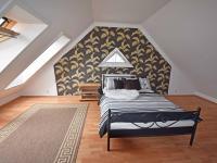 Ložnice v mezipatře.  (Prodej domu v osobním vlastnictví 240 m², Šestajovice)