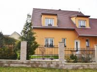 Pohled na dům z ulice (Prodej domu v osobním vlastnictví 240 m², Šestajovice)