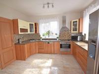 Kuchyň se špajzem.  (Prodej domu v osobním vlastnictví 240 m², Šestajovice)