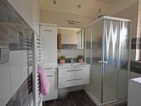 Koupelna v přízemí.  (Prodej domu v osobním vlastnictví 240 m², Šestajovice)