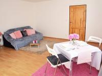 Byt v přízemí - obývací pokoj s jídelnou, kuchyňským koutem a koupelnou.  (Prodej domu v osobním vlastnictví 118 m², Brázdim)