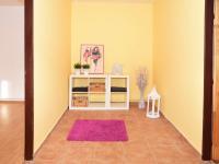 Byt v přízemí - vstupní prostorná chodba. (Prodej domu v osobním vlastnictví 118 m², Brázdim)
